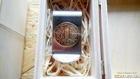 тут изображено Зажим для денег с монетой 1 гривна