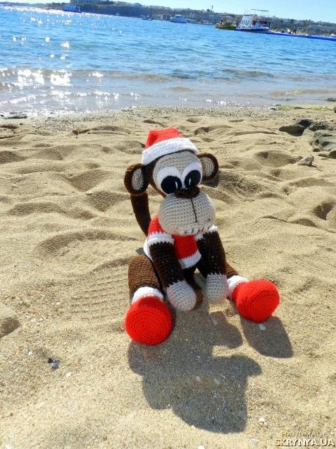 тут изображено Игрушка Обезьяна Санта
