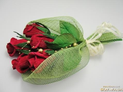 тут изображено Букетик роз с конфетами