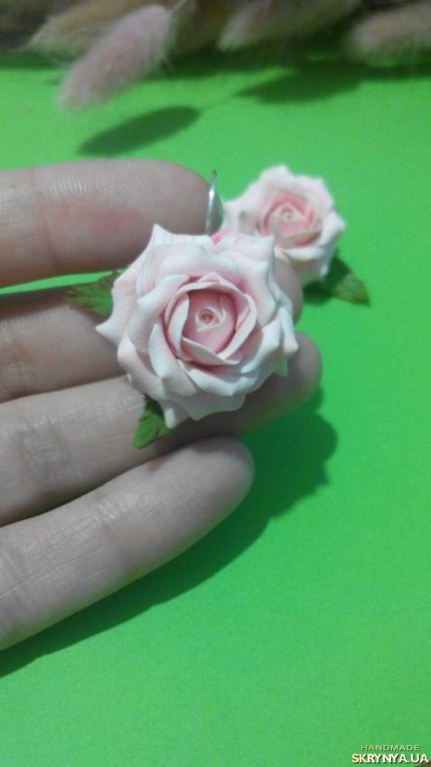 тут изображено Сережки Рожеві троянди