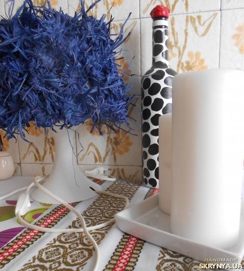 тут изображено Лампа с цветами из соломы