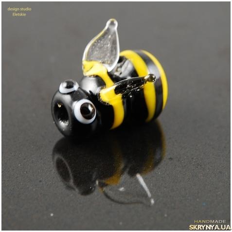 тут изображено Бусина лэмпворк Пчёлка