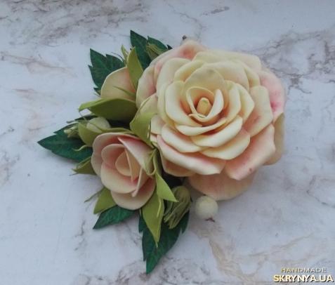 тут изображено Нежные розы на заколке