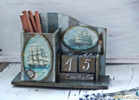 тут изображено Вечный календарь со стаканом для канцелярии ′Морская рапсодия′