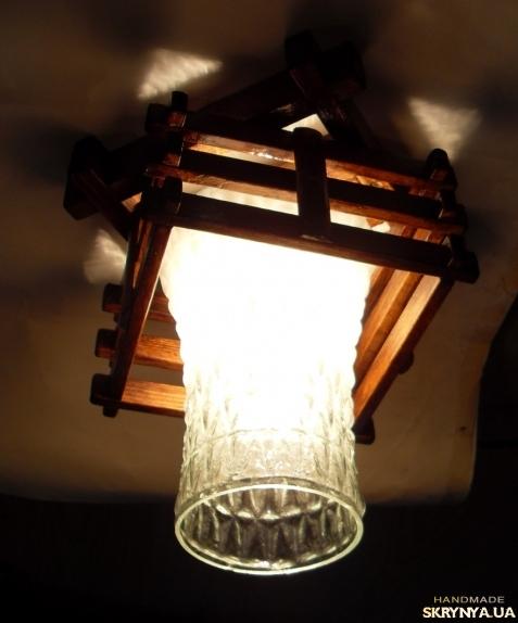 тут изображено Светильник деревянный с одним плафоном