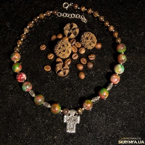 тут изображено Намисто з яшмою та срібним хрестом