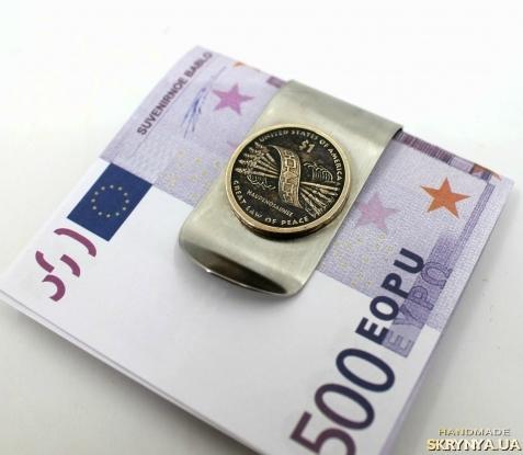 тут изображено Зажим для денег с монетой 1 DOLLAR USA САКАГАВЕЯ ′Пояс Гайавата′