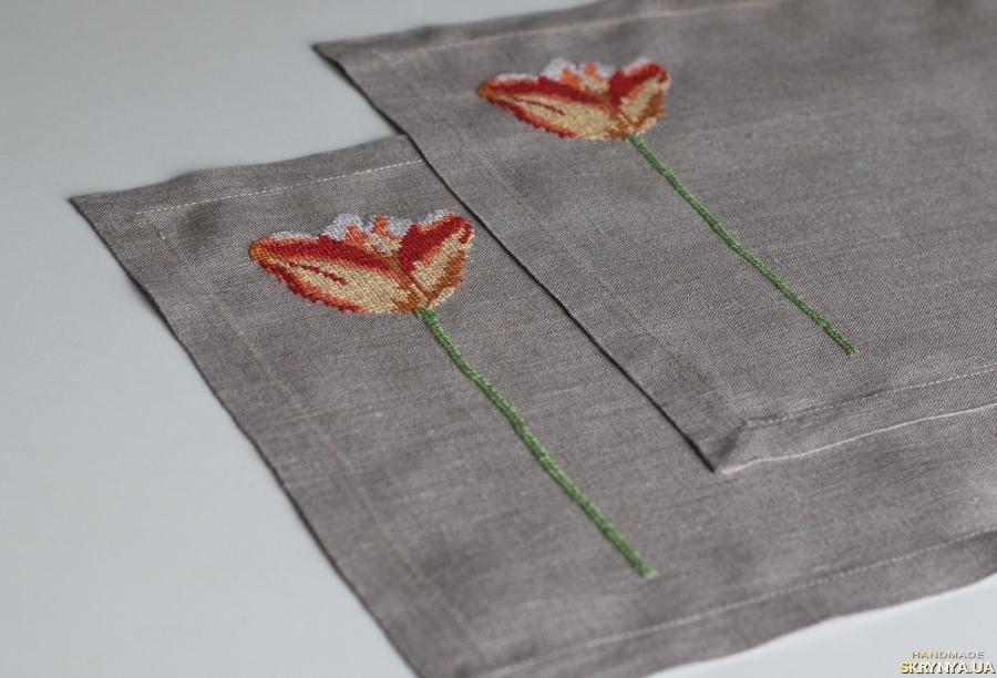 тут изображено Льняные салфетки ′Тюльпан′