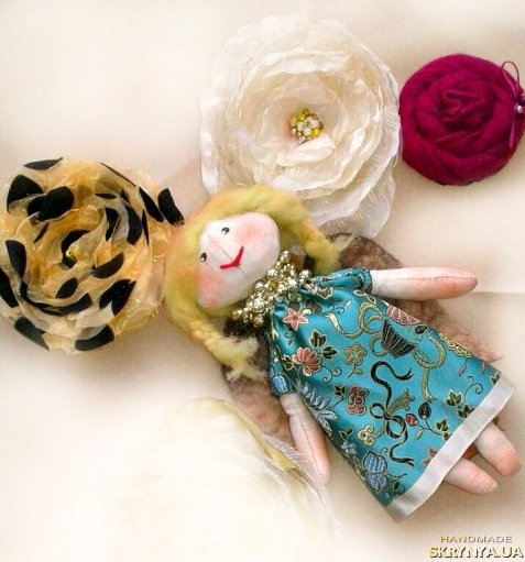 тут изображено  Брошь текстильна квітка