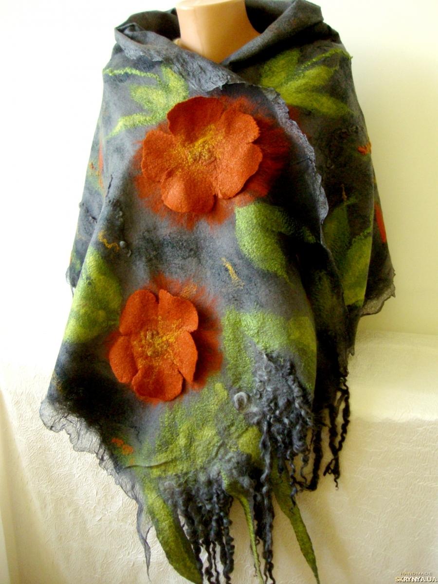 тут изображено Палантин валяний шерстяний ручної роботи ′Троянди′