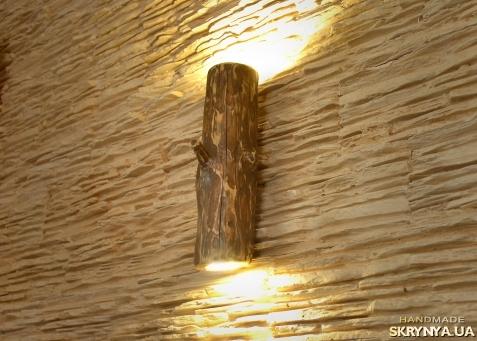 тут изображено Бра из натурального дерева, настенный светильник из натурального бревна