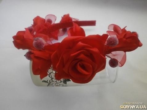 тут изображено Обруч-венок «Веточка с розами»