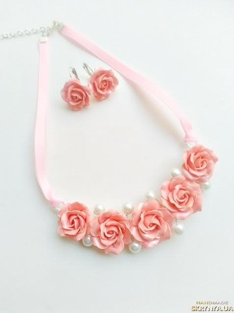 тут изображено Колье персиковые розы