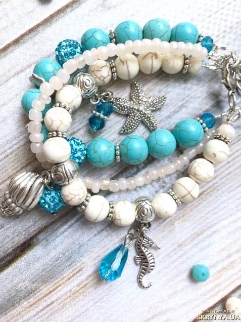 тут изображено Летний яркий голубой браслет в морском стиле с подвесками и бирюзой
