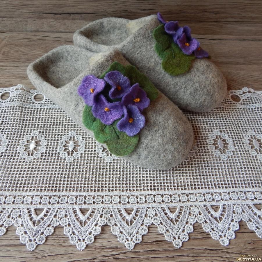 тут изображено Женские валяные тапочки ′Букетик фиалок′
