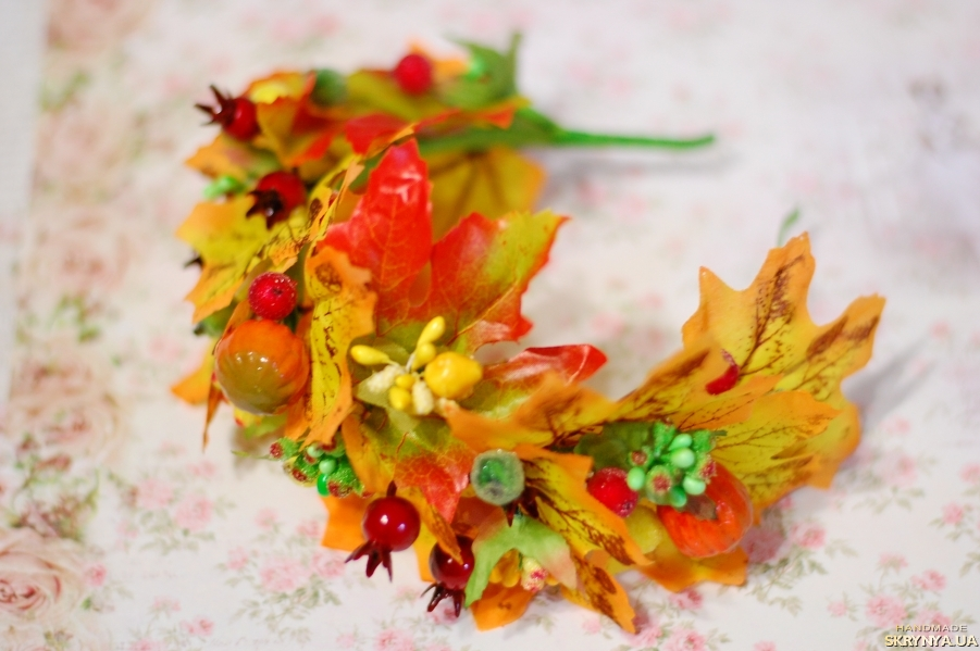 тут изображено Яркий осенний обруч ободок с листьями на праздник осени