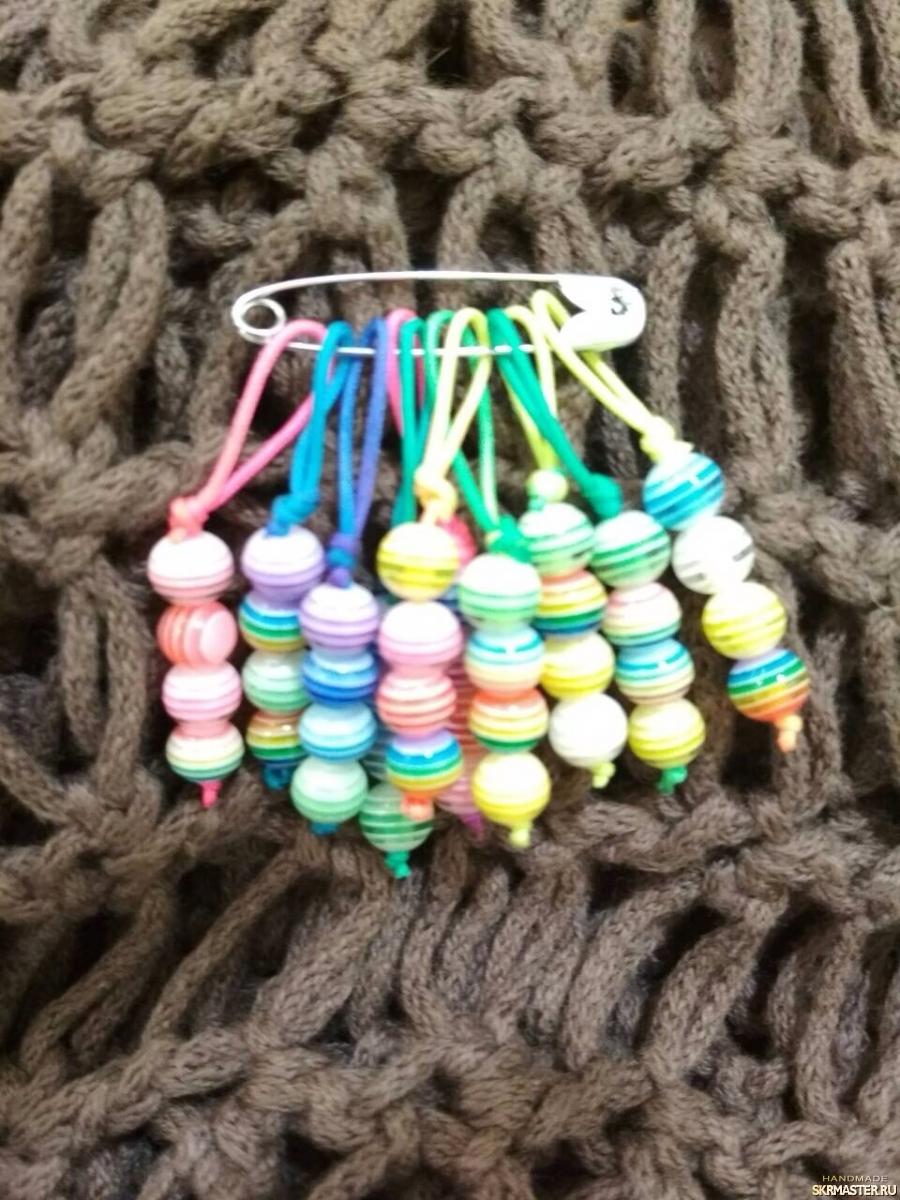 тут изображено Маркеры для вязания