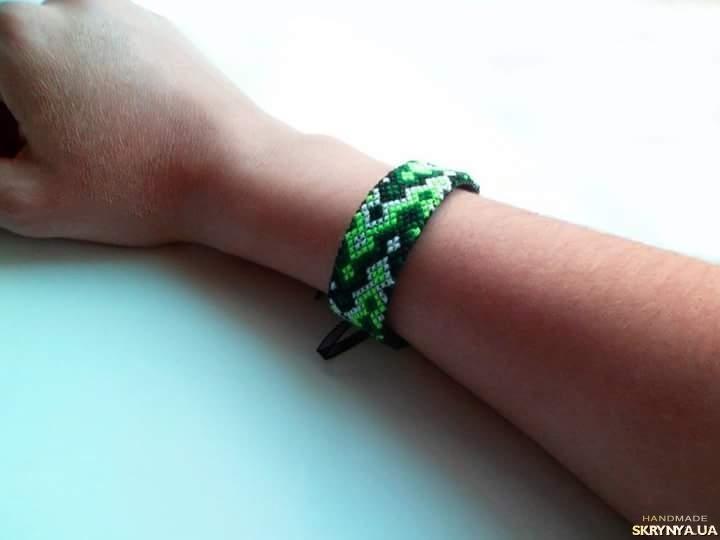 тут изображено Вышитый браслет ′Greenligt′