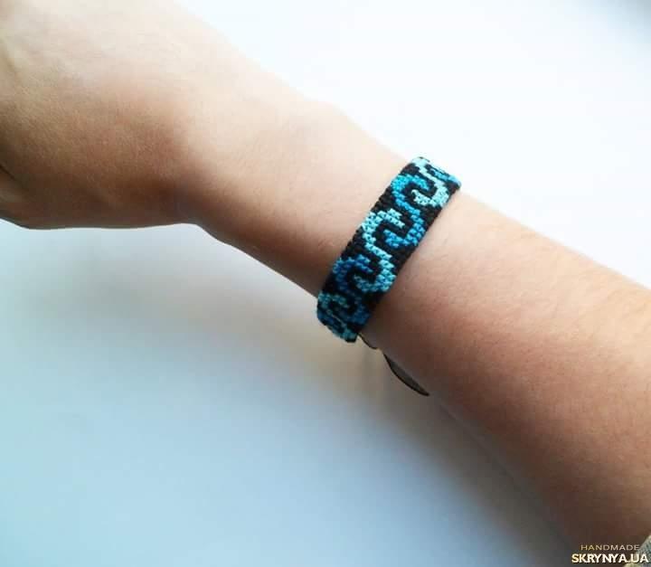 тут изображено Вышитый браслет ′Bluelight′