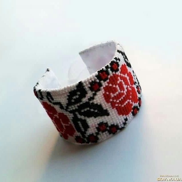 тут изображено Вышитый браслет ′Ukrainian style′