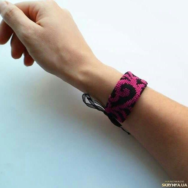 тут изображено Вышитый браслет  ′Pink′