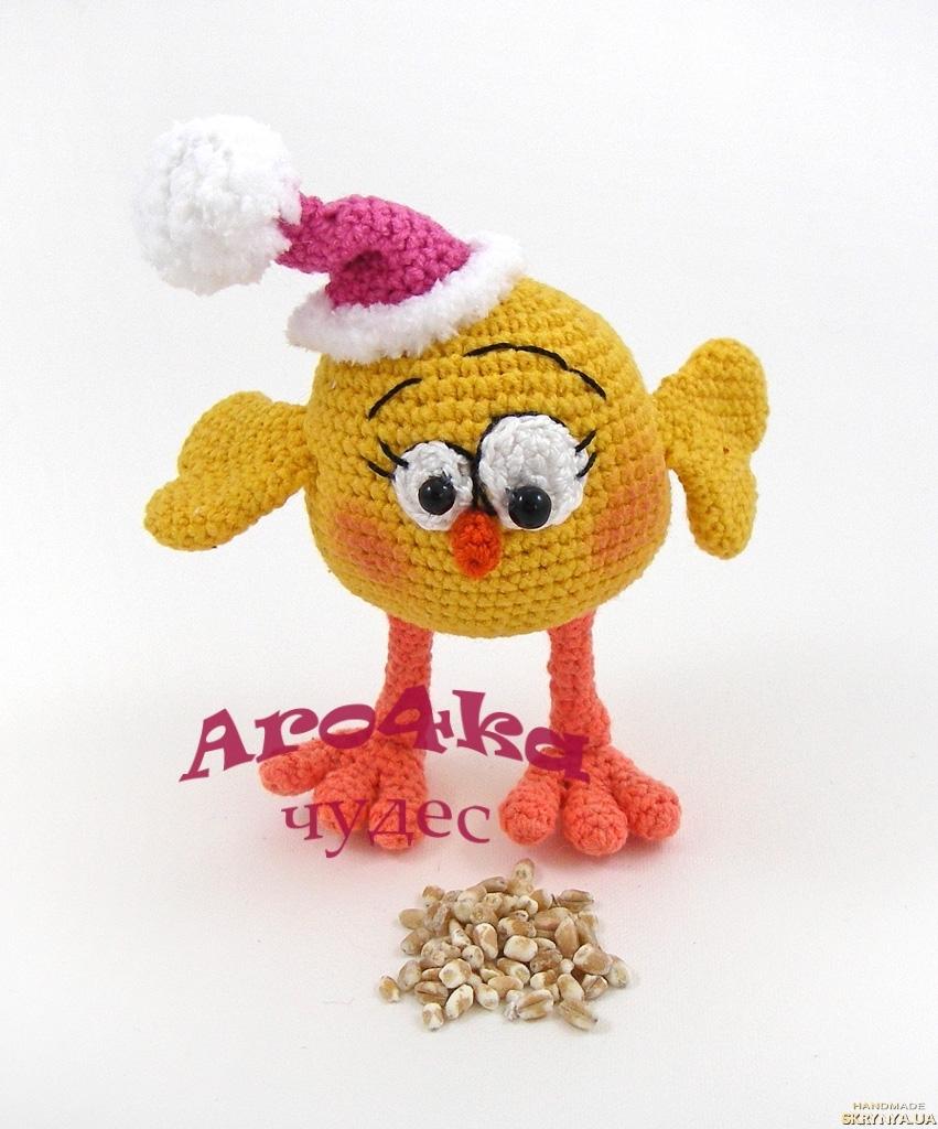 тут изображено Вязаный цыпленок в новогодней шапочке