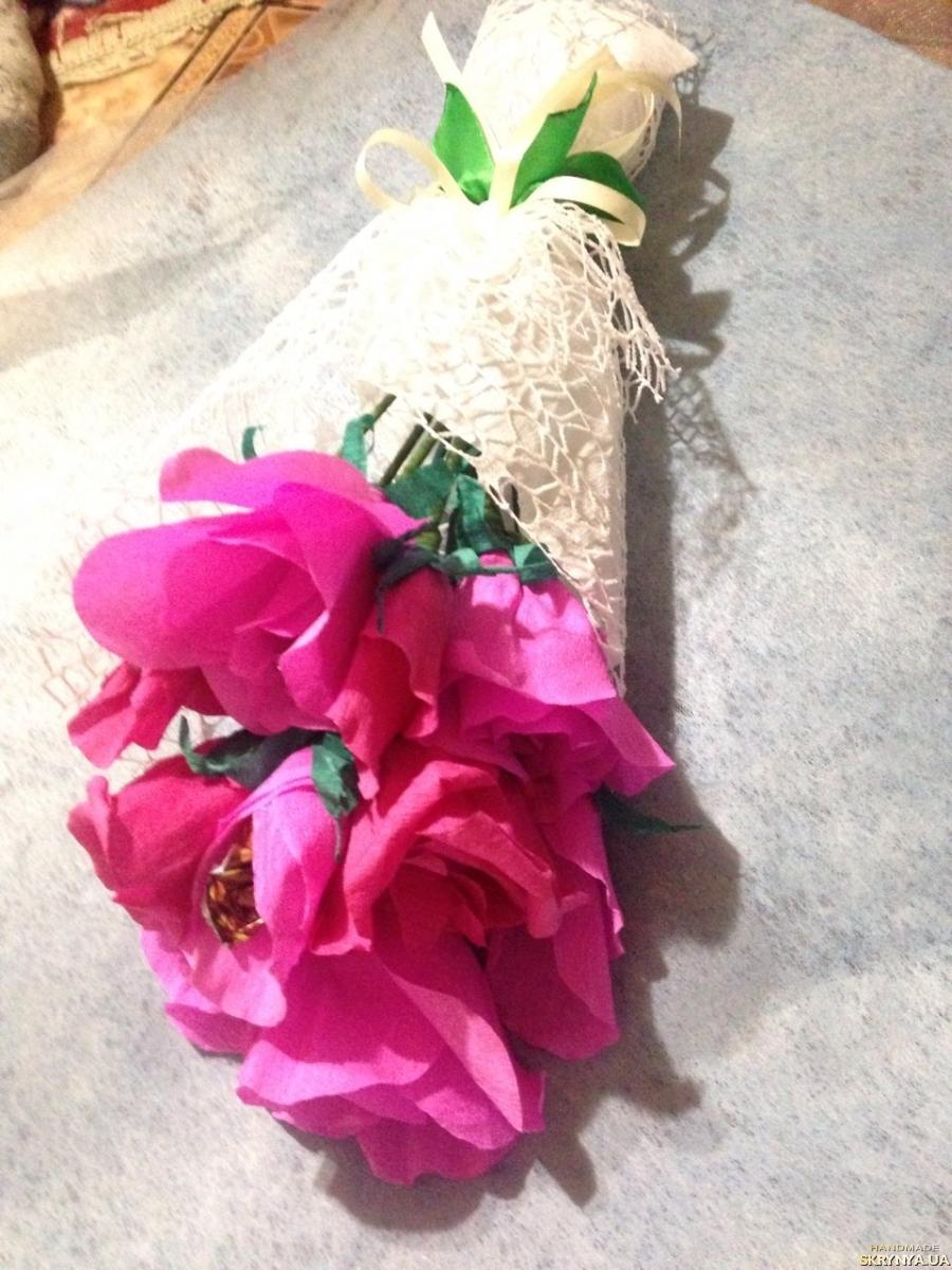 тут изображено Букет з квітів та цукерок