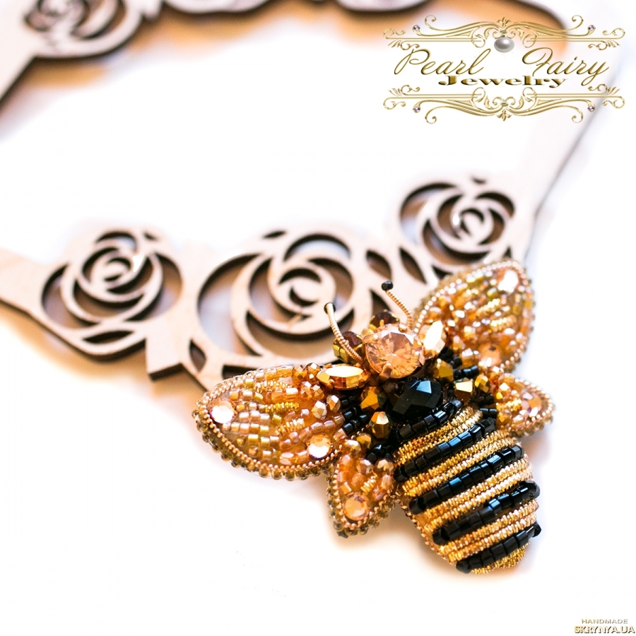 тут изображено Брошка розшита кристалами Swarovski бджілка подарунок на день народження