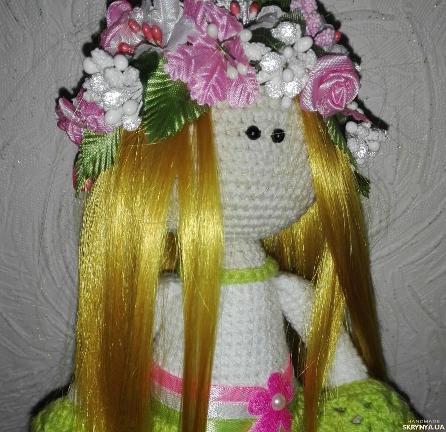 тут изображено В′язана лялька Весна. Ручної роботи