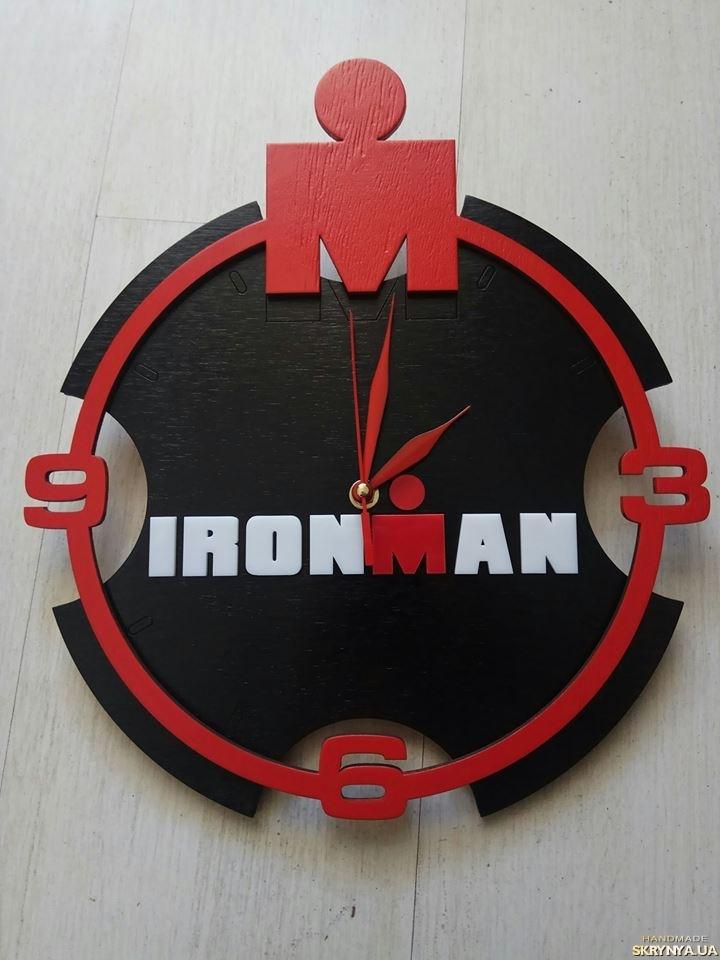 тут изображено Часы настенные Ironman (брендированные)