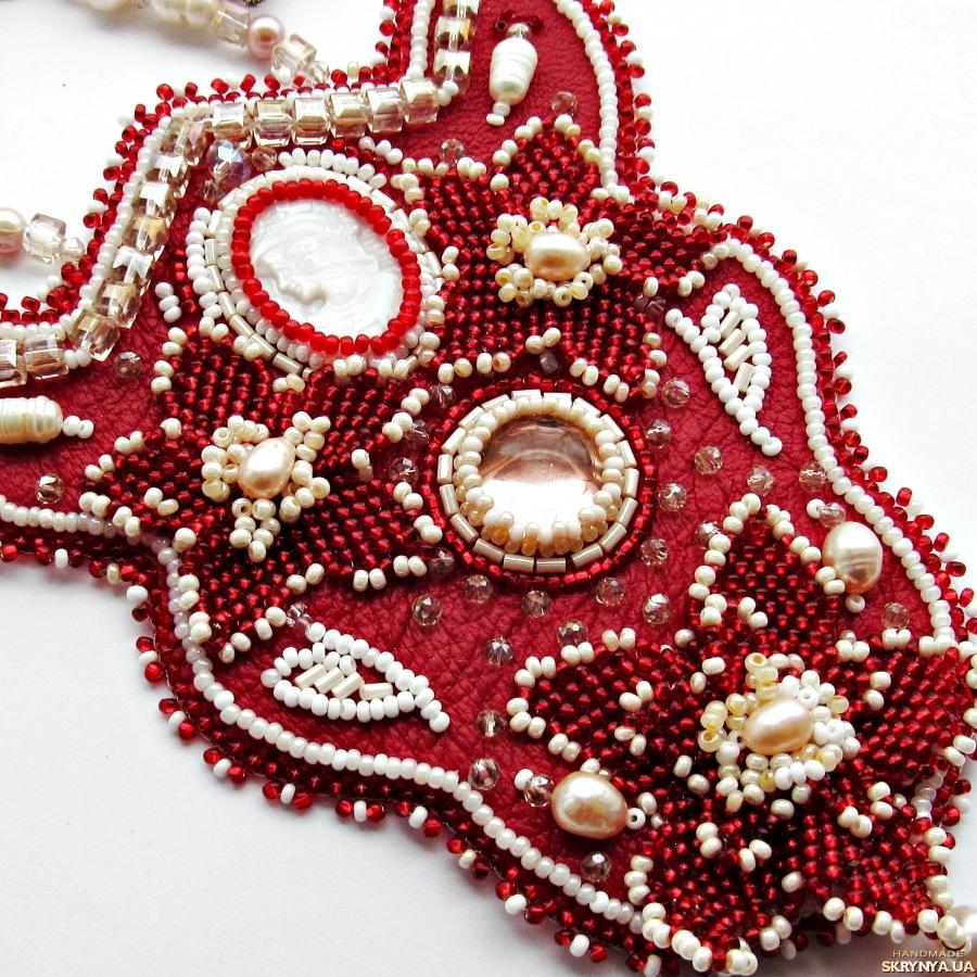 тут изображено Кулон ′Lady in red′ с камеей из перламутра