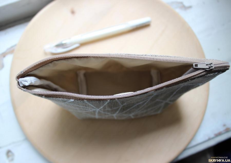 тут изображено Льняная косметичка с рисунком ручной работы