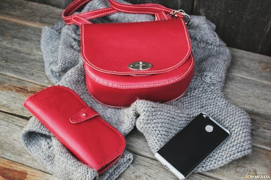 тут изображено Красная сумочка