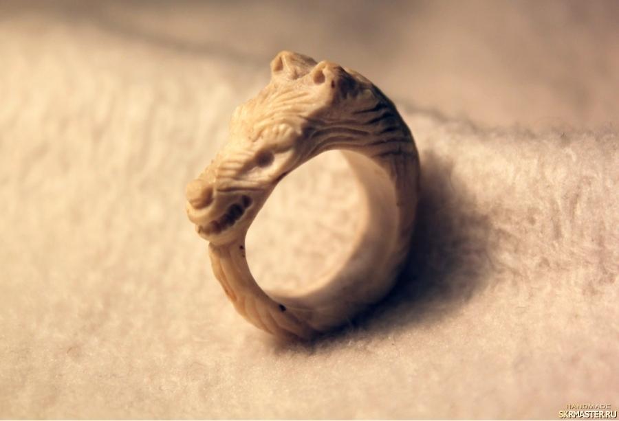 тут изображено Кольцо ′Верный пес′ ручной работы