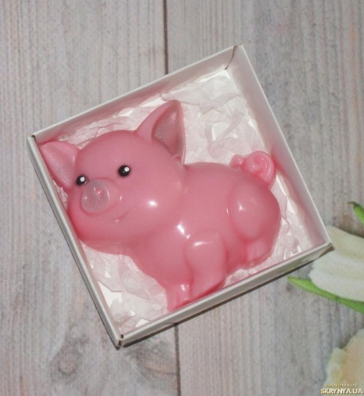 тут изображено Сувенирное мыло поросенок ′Хрюшка′ в подарочной коробке