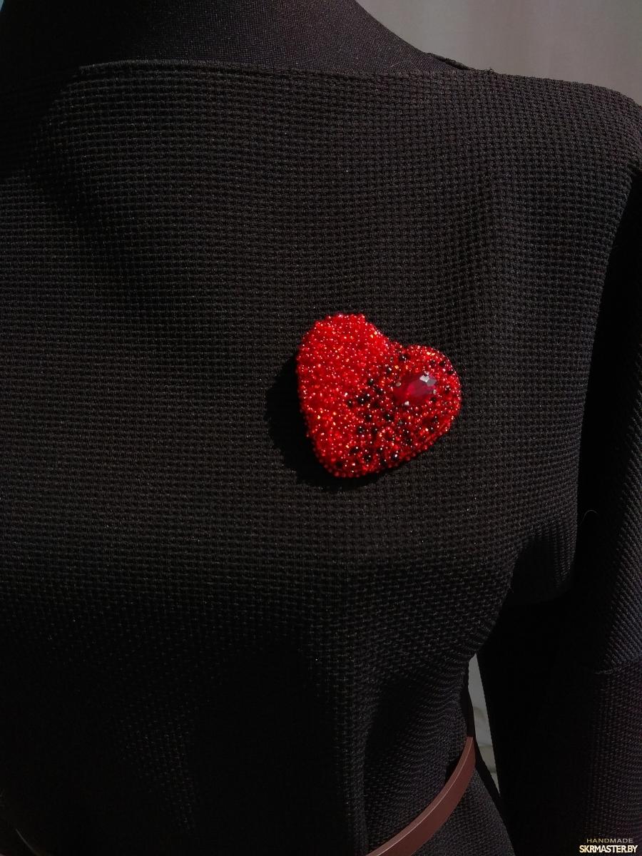 тут изображено Брошь сердце