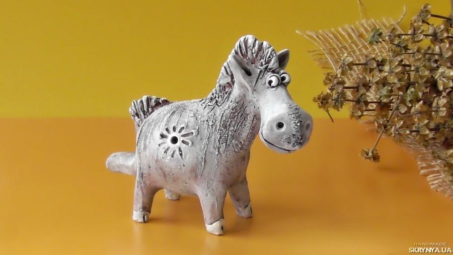 тут изображено Свистулька конь этно инструмент