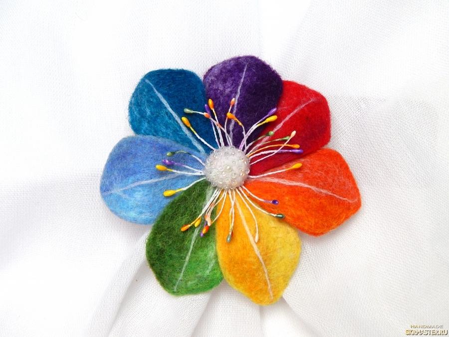 тут изображено брошь Цветик семицветик