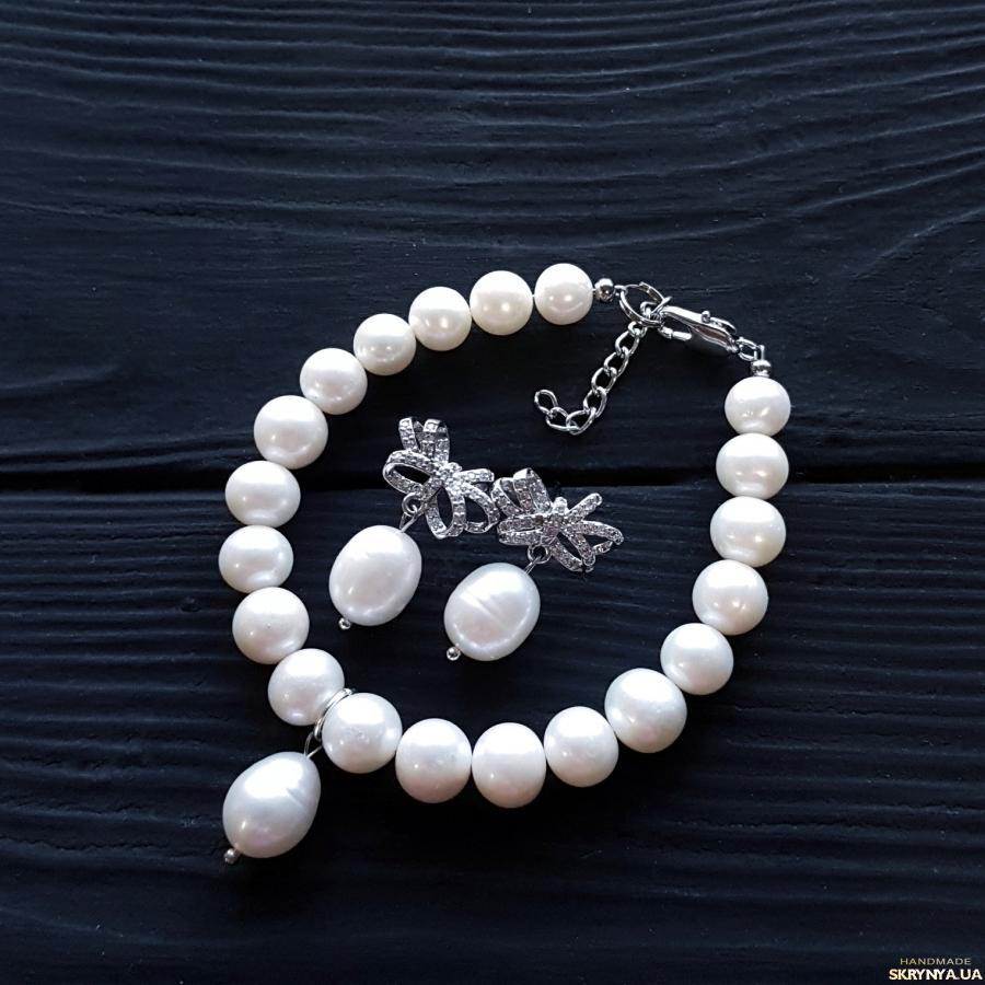 тут изображено Браслет з натуральних білих перлів з підвіскою