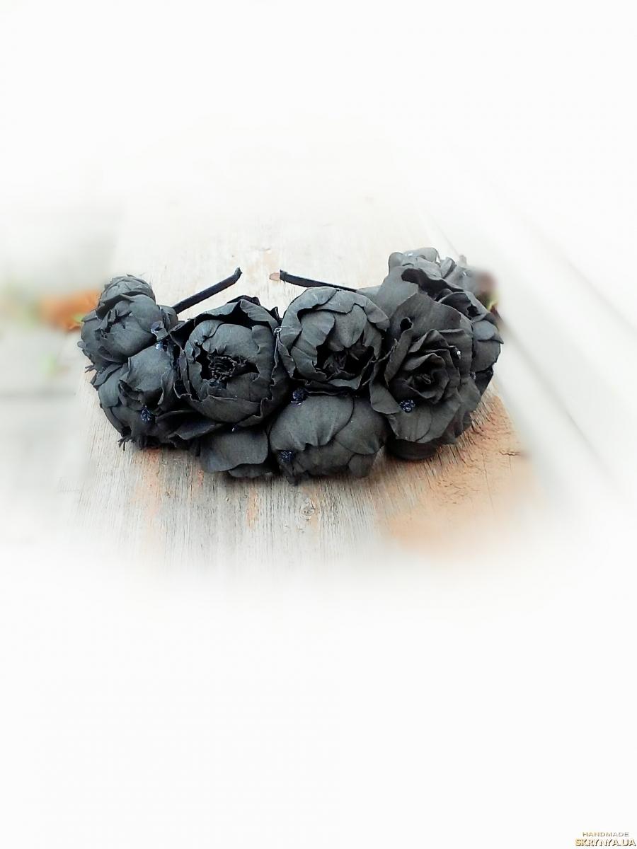 тут изображено Тематический венок на голову с черными пионами. Венок на Хелловин.