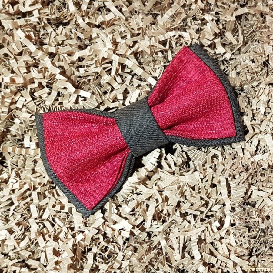 тут изображено Галстук-бабочка красного цвета