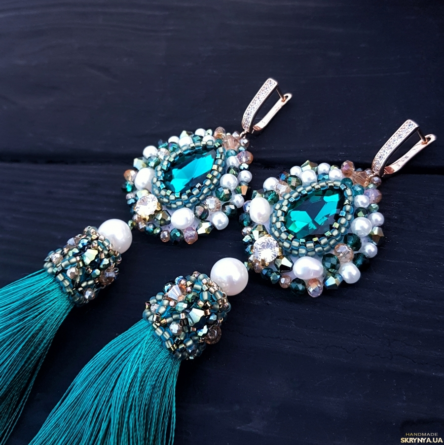 тут изображено Позолочені сережки з натуральними перлами та кристалами