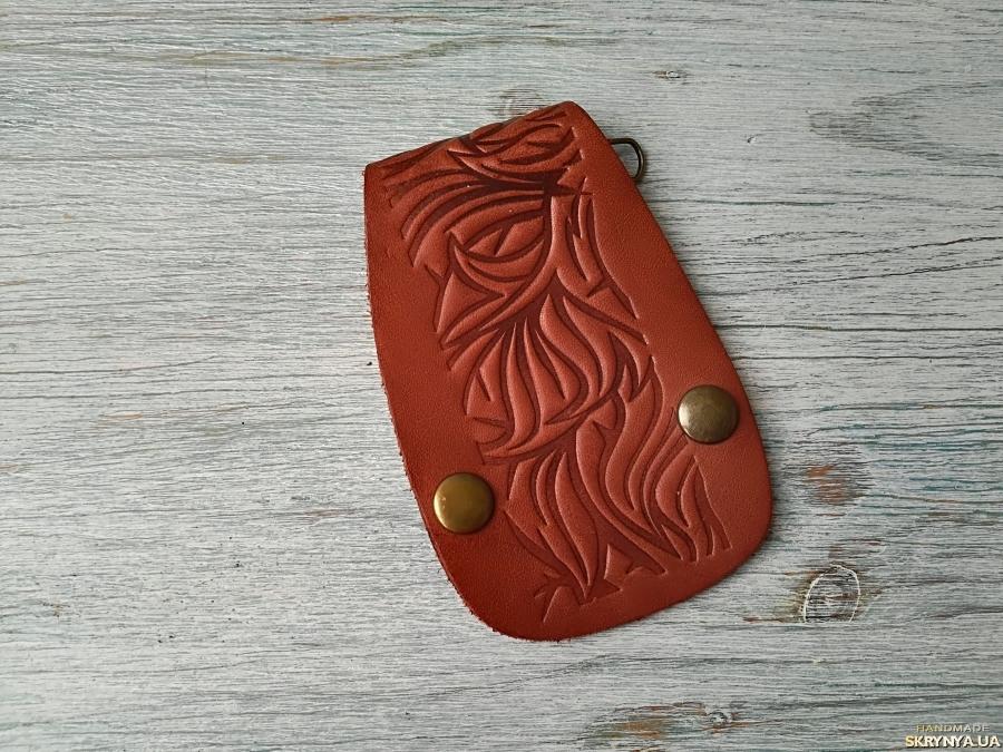 тут изображено Ключница на карабинах коричневая