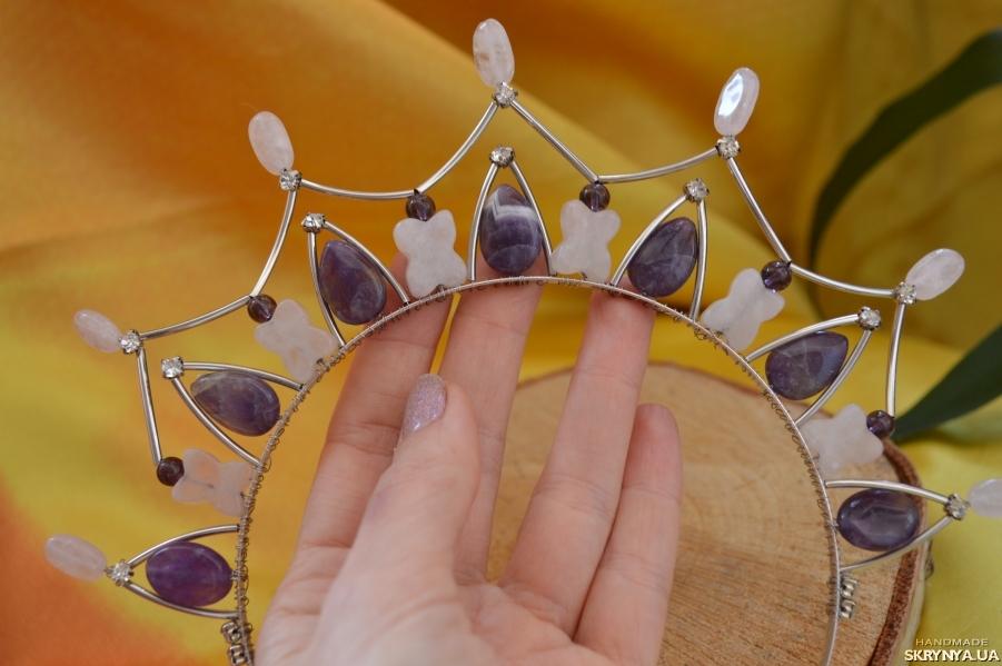 тут изображено Диадема, корона из аметиста и розового кварца ′Аромат сирени′