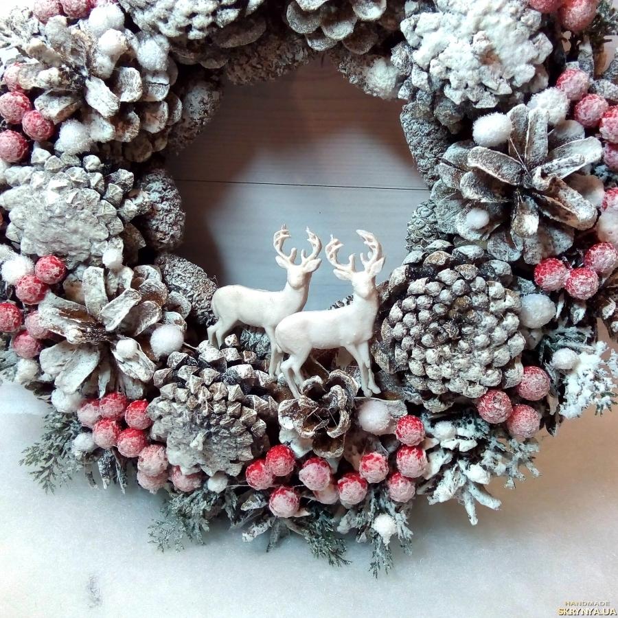 тут изображено Новогодний Рождественский венок на дверь из шишек и красных ягод