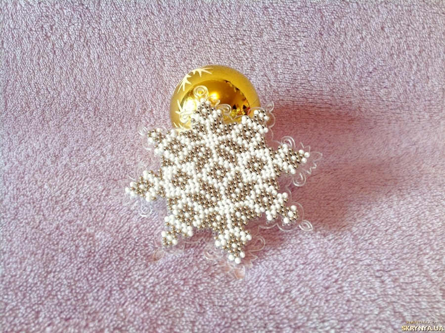 тут изображено Елочная игрушка ′Снежинка′, вышитая чешским бисером. На пластиковой основе.