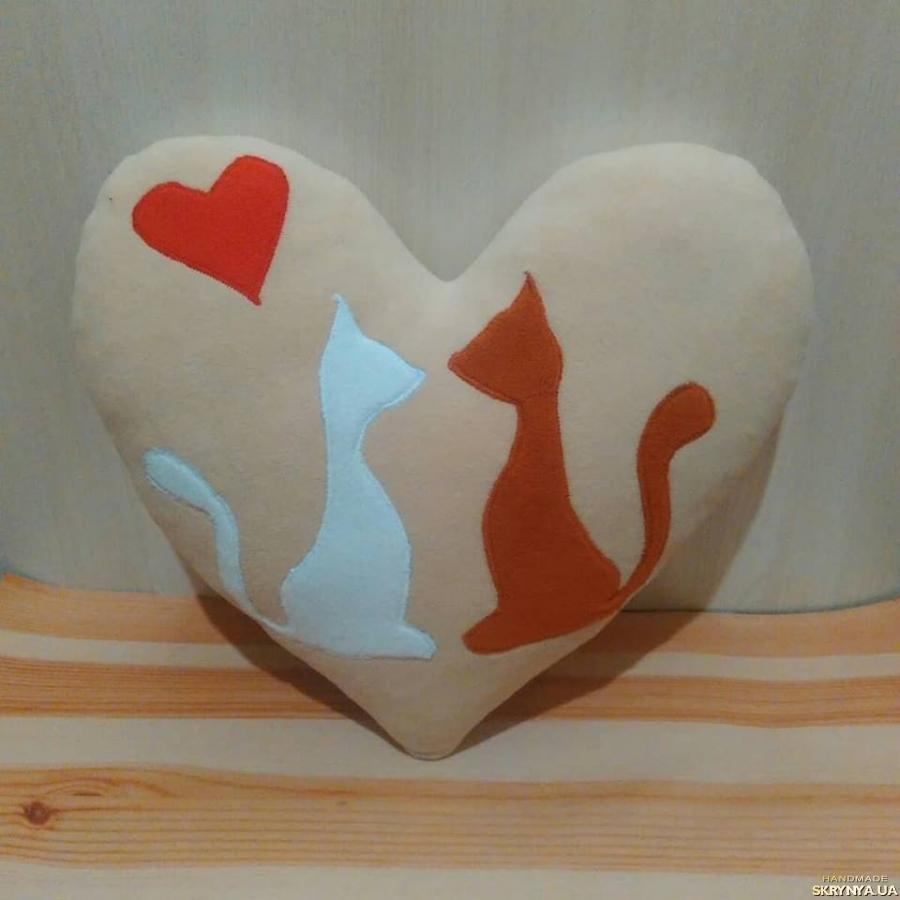 тут изображено Подушка сердце с котиками, подарок на День Влюбленных