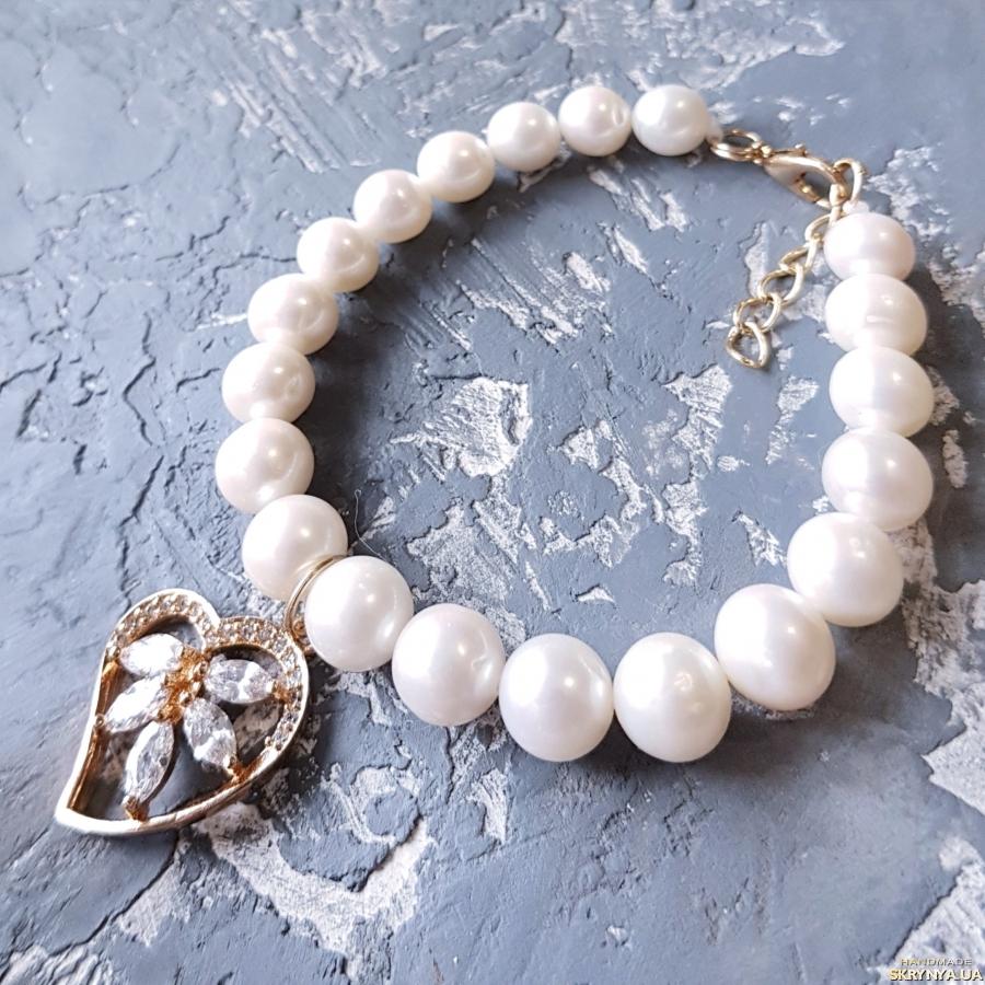 тут изображено Браслет з натуральних перлів з позолоченою підвіскою