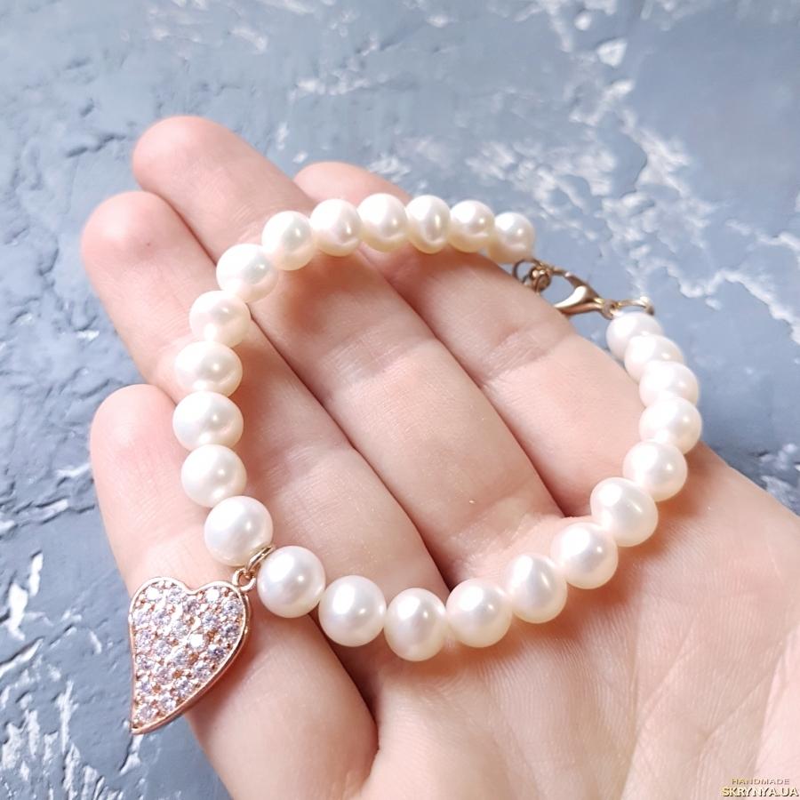 тут изображено Браслет з натуральних перлів з позолоченою підвіскою подарунок 8 березня