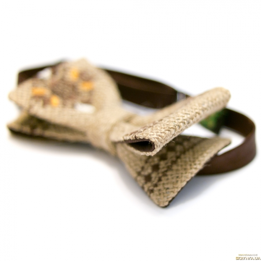 тут изображено Вишитий метелик з мішковини